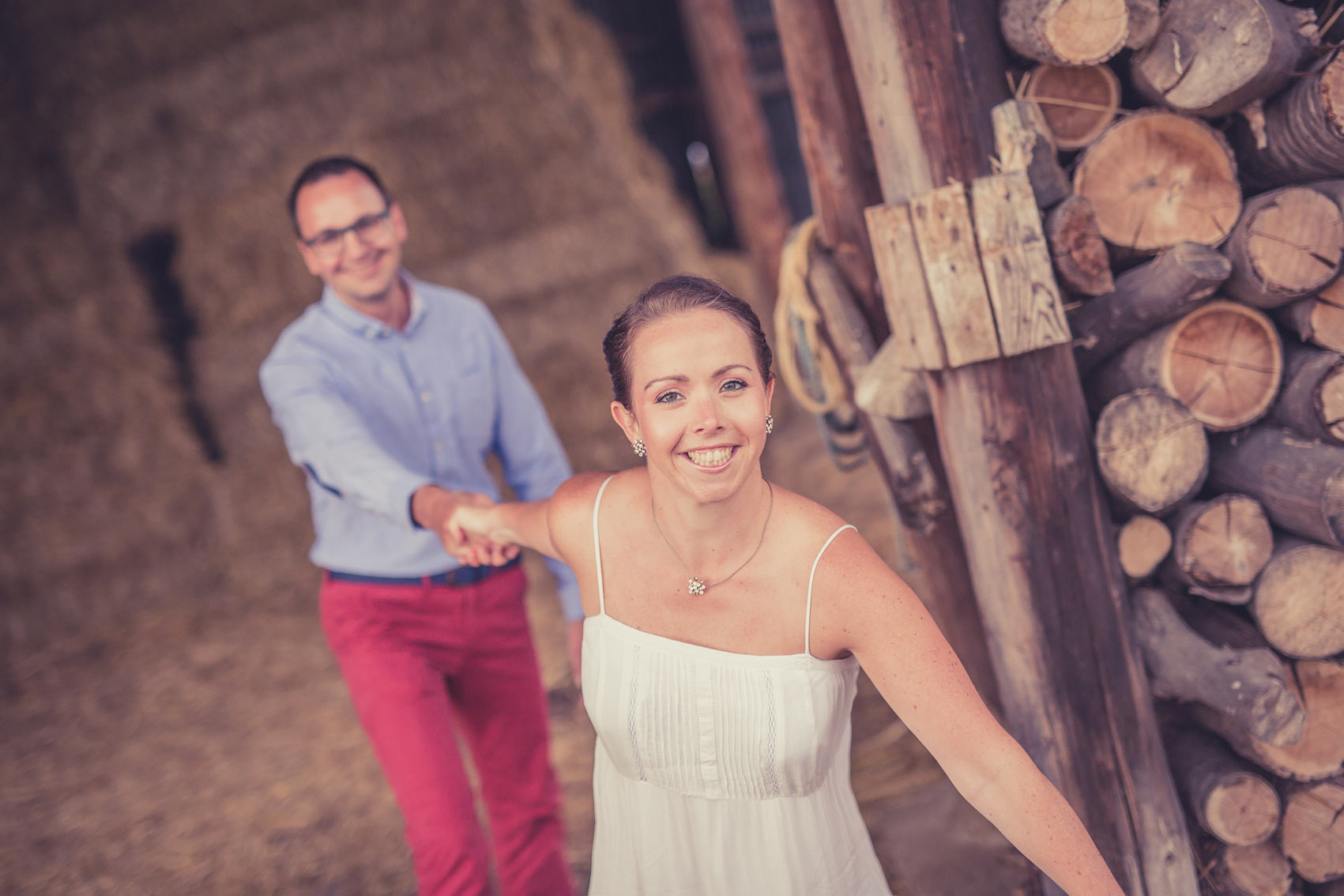 Engagement-Shooting Paarshooting zur Verlobung in einer Scheune